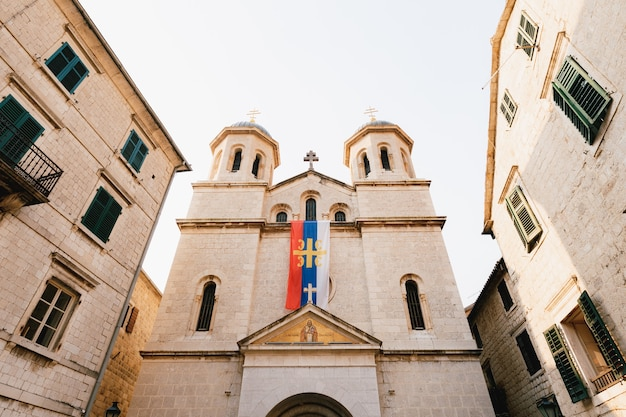 Iglesia de san nicolás en el casco antiguo de kotor en montenegro