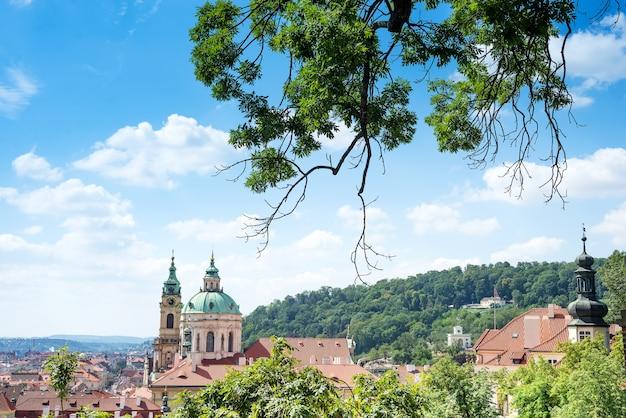 La iglesia de san nicolás mala strana y el techo rojo son las vistas principales de praga desde el castillo de praga, república checa