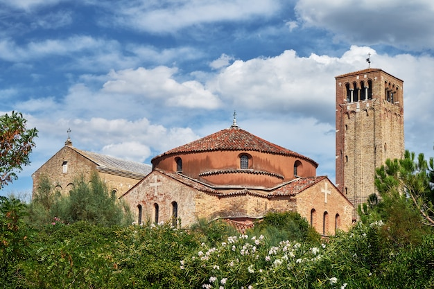 Iglesia de santa fosca en la isla de torcello. italia, venecia