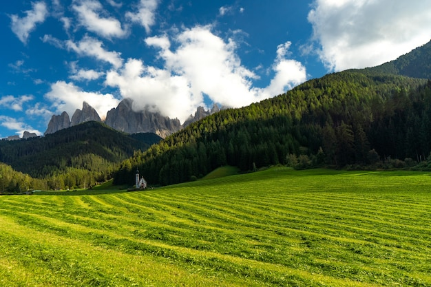 Iglesia de santa magdalena, valle de villnoss, tirol del sur, italia con dolomitas del grupo puez geisler