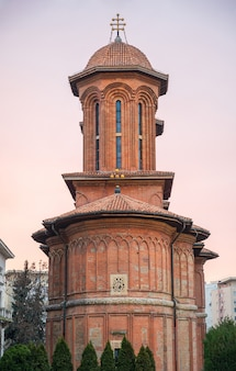 Iglesia sobre un fondo de puesta de sol