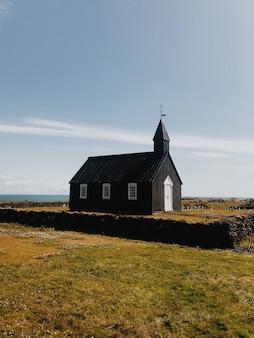 Iglesia solitaria en un día soleado