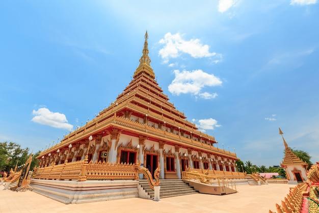 La iglesia tiene un hermoso color dorado en el templo phra mahathat o wat nong wang. khon kaen, tailandia
