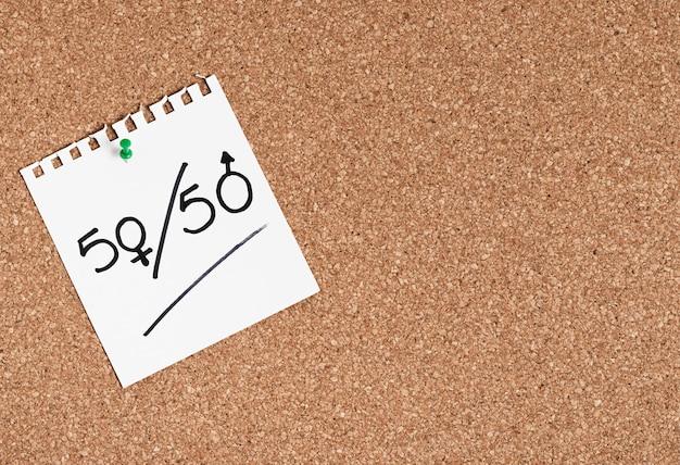 Igual porcentaje escrito en un trozo de papel para géneros copia espacio