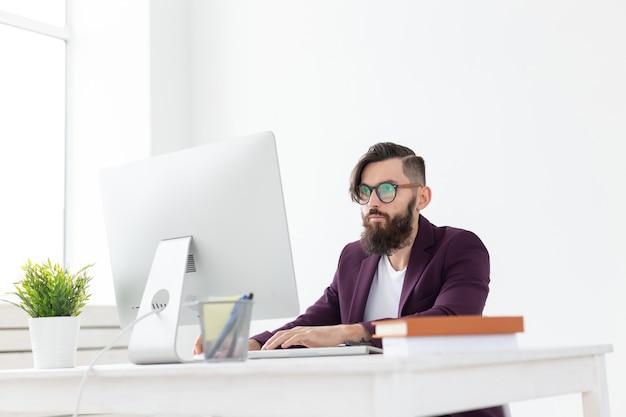 Illustrator, diseño y concepto de estilo: diseñador gráfico que esboza un nuevo proyecto en una tableta que trabaja en una computadora.