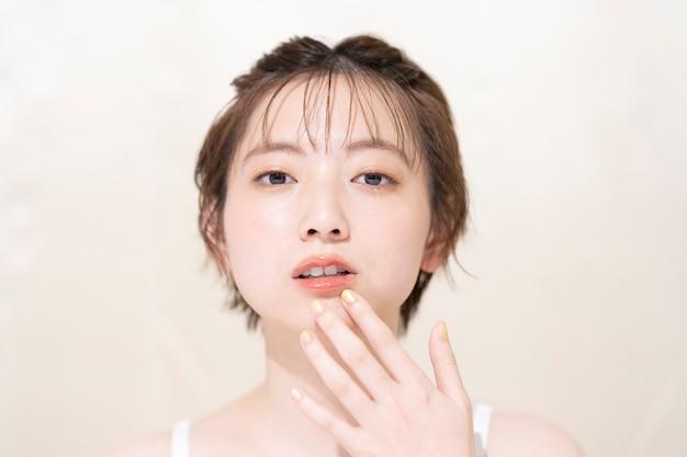 Iluminación de alto contraste con joven asiática con maquillaje