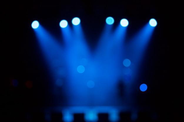Iluminación de concierto de entretenimiento desenfocado en el escenario