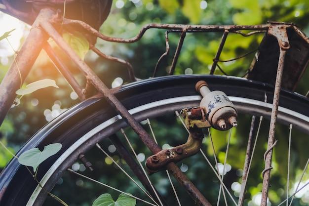 Iluminación dinamo antigua y vintage para bicicleta.
