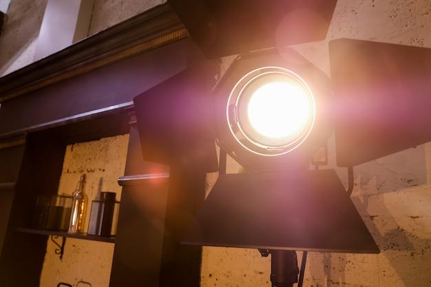 Iluminación de estudio brillante en el interior de la habitación. luz de la película
