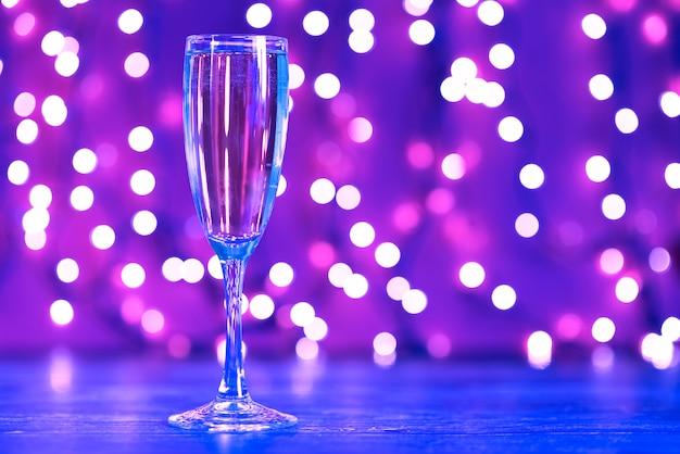 Iluminaciones navideñas y copa de champán