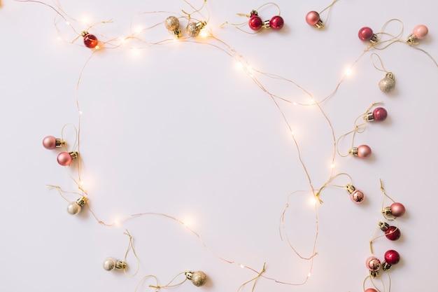 Iluminando luces de hadas cerca de adornos navideños