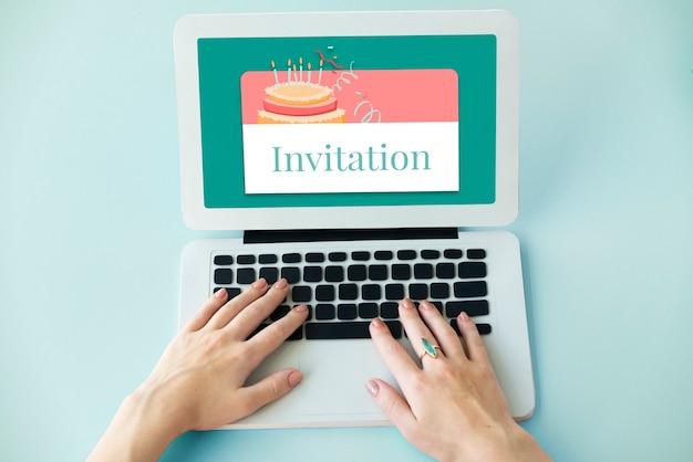 Ilustración de la celebración del evento de la fiesta de cumpleaños con pastel en la computadora portátil