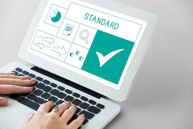 Ilustración de garantía de garantía de producto de calidad en una computadora portátil