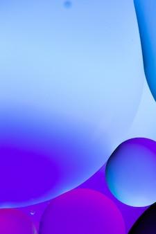 Ilustración gráfica vertical de círculos azules y púrpuras sobre un fondo azul claro