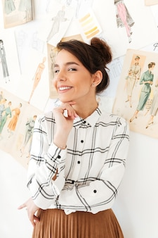 Ilustrador de moda joven feliz