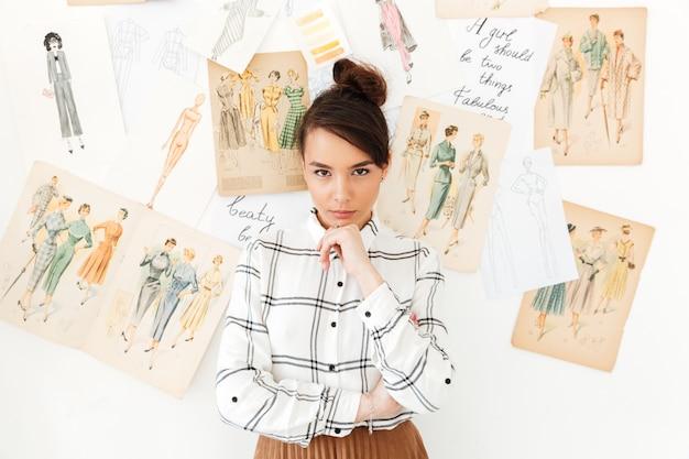 Ilustrador de moda de pensamiento concentrado mujer
