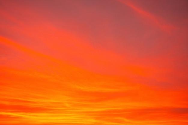 Imagen abstracta de cielo dramático naranja