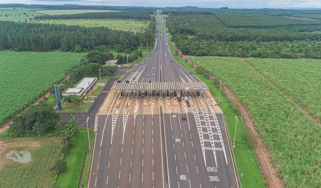 Imagen aérea de la autopista de peaje plaza y límite de velocidad, vista de carriles automáticos de pago, sin parar.