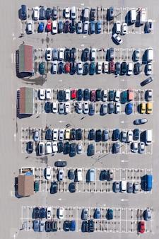 Imagen aérea de un estacionamiento lleno cerca de un centro comercial