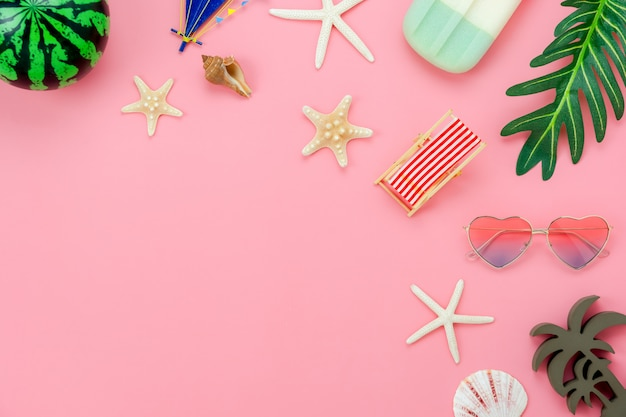 Imagen aérea de la vista superior de la mesa del artículo para vacaciones de verano