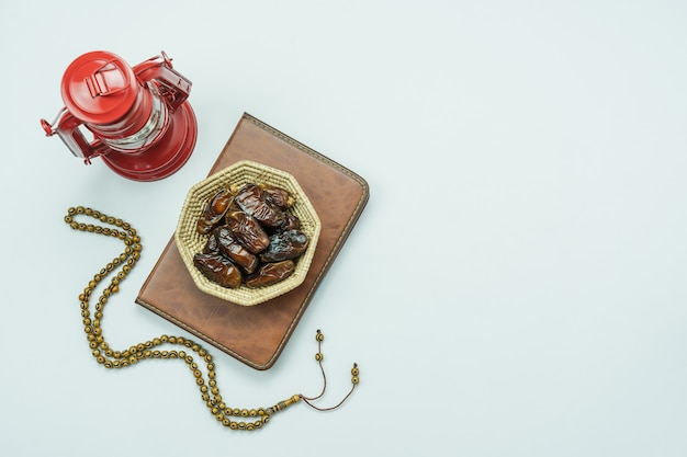 Imagen aérea de la vista superior de tabla del fondo del día de fiesta de ramadan kareem de la decoración.