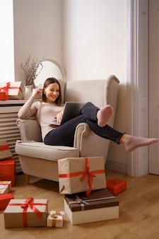 Imagen de agradable mujer feliz con tarjeta de crédito con espacio de copia usando laptop
