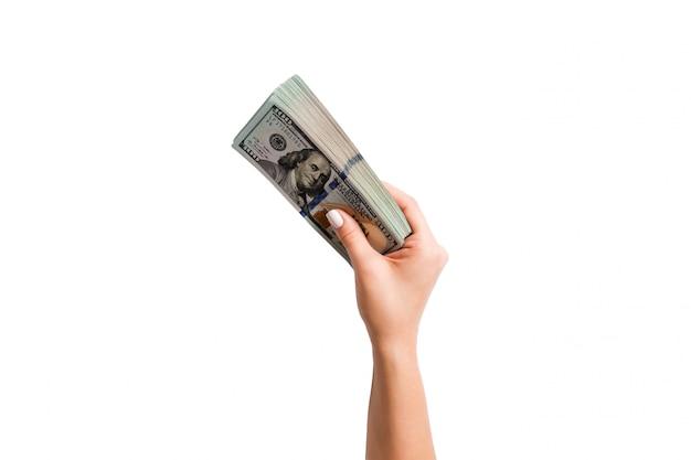 Imagen aislada mano femenina sosteniendo un paquete de dólares en blanco. vista superior de pago