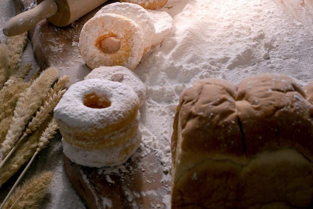 Imagen de anillos de espuma con el azúcar de formación de hielo en la tabla de madera, concepto de la comida.