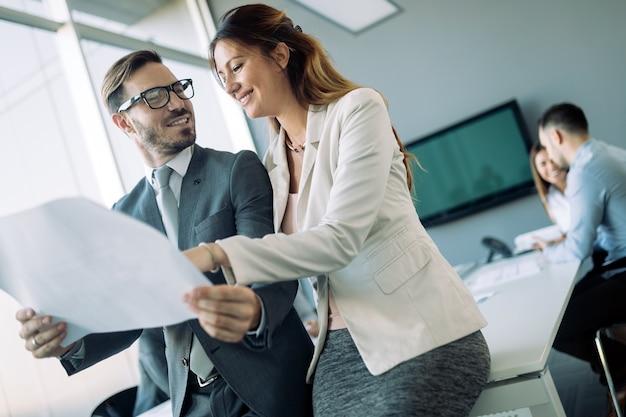 Imagen de atractivos colegas de negocios hablando en la oficina