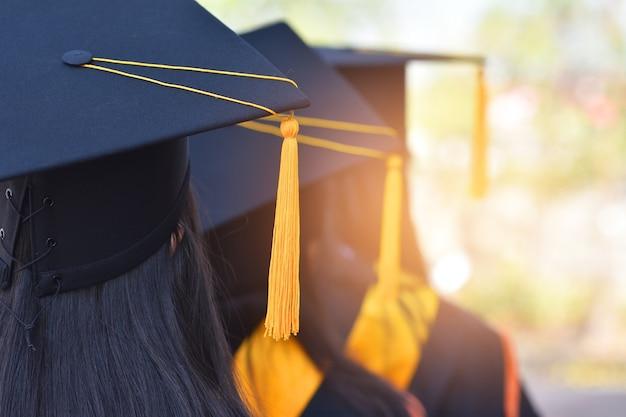 La imagen de atrás de los graduados con un sombrero borla amarilla.