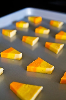 Imagen de bandeja de galletas de halloween como maíz dulce horneado
