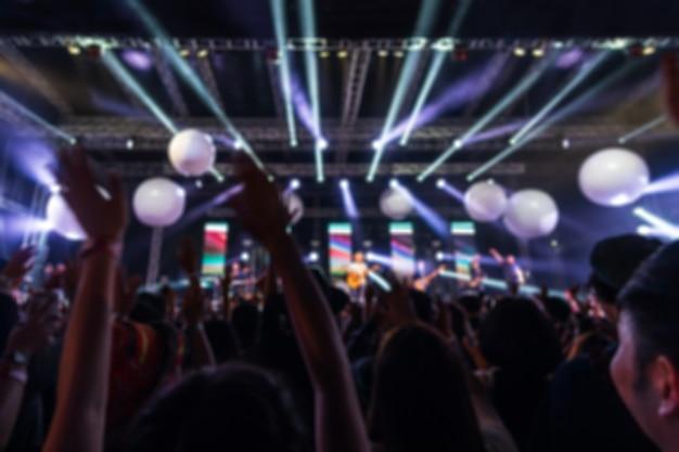 Imagen borrosa abstracta de concierto de fiesta y luz de escenario en festival de música