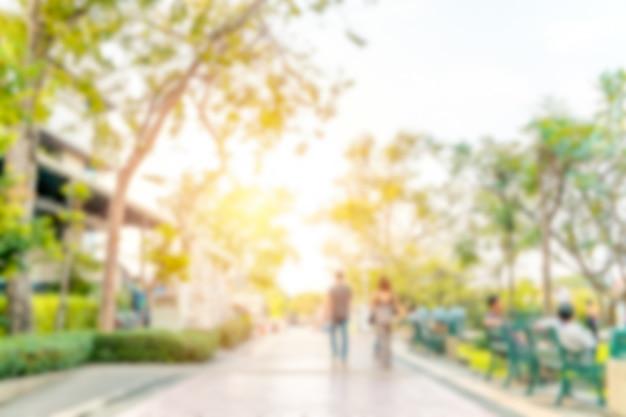 La imagen borrosa abstracta de la gente se está relajando en el parque. bangkok, tailandia.
