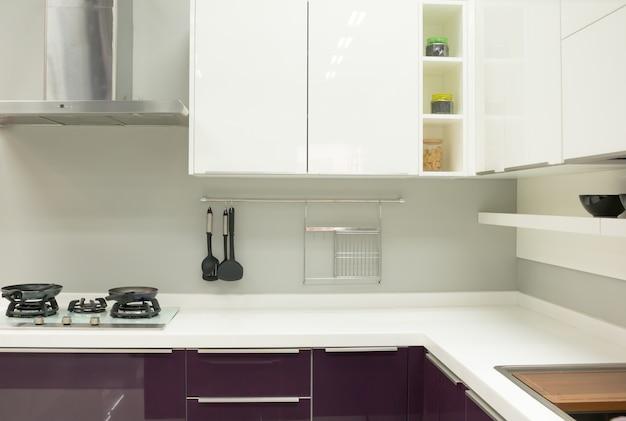 Imagen borrosa del interior de la cocina moderna para el fondo