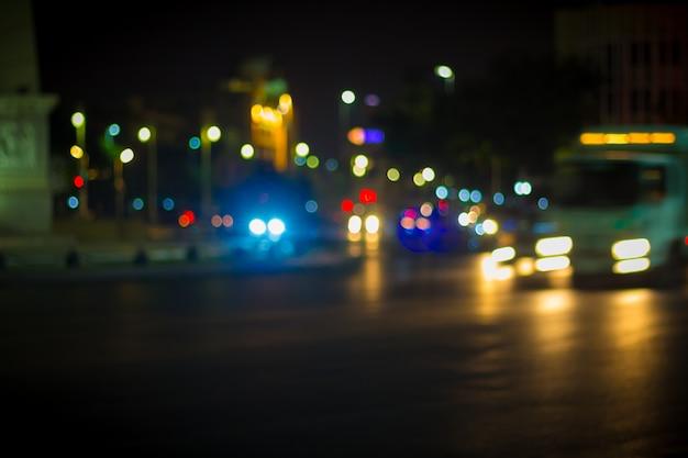 Imagen borrosa de la luz del coche y el tráfico en la ciudad.