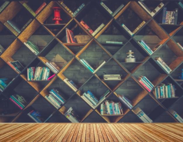 Imagen borrosa muchos libros antiguos en estantería en la biblioteca