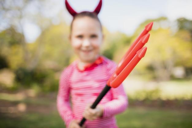 Imagen borrosa de niña fingiendo ser demonio