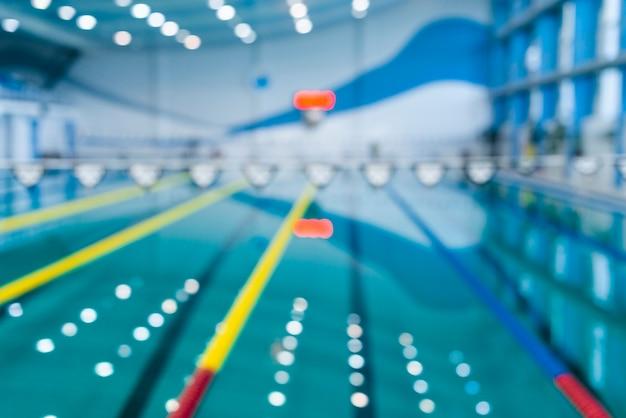 Imagen borrosa de la piscina con efecto bokeh