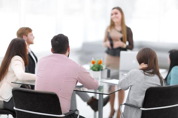 Imagen borrosa de una sesión informativa en una oficina moderna