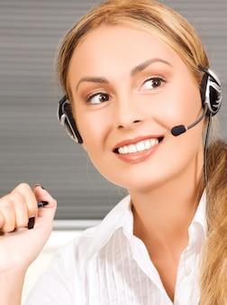 Imagen brillante de una amigable operadora de la línea de ayuda