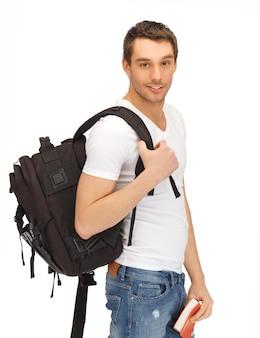 Imagen brillante de estudiante viajero con mochila y libro.