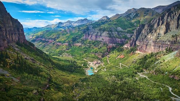 Imagen de la cadena montañosa con valle lleno de álamo temblón