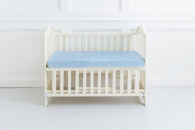 La imagen de la cama infantil bajo el fondo blanco.