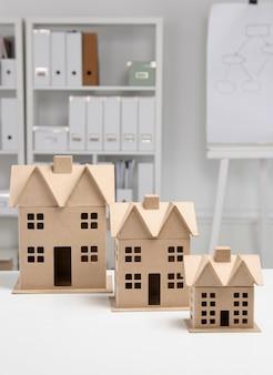Imagen de casa modelo nuevo sobre plano de arquitectura