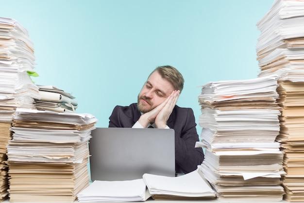 Imagen cercana de un empresario estresante cansado de su trabajo