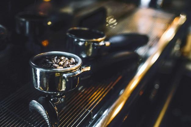 Imagen de cezve con granos de café en su interior