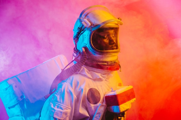 Imagen cinematográfica de un astronauta colorido retrato de un hombre con traje espacial