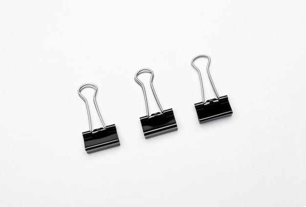 Una imagen de clips de papel negro sobre blanco