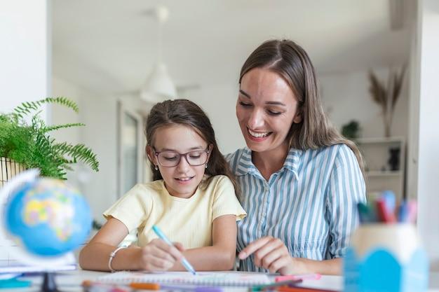 Imagen para colorear de niña en el álbum durante la estancia en casa con la madre, pantalla ancha. generación y concepto de familia feliz