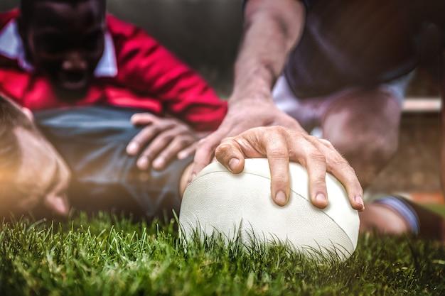 Imagen compuesta de aficionados al rugby en arena